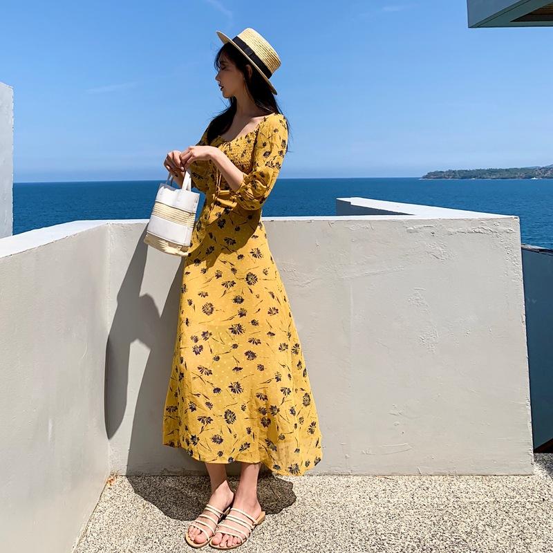 Tạo dáng với váy maxi hoa kết hợp mũ và túi cói