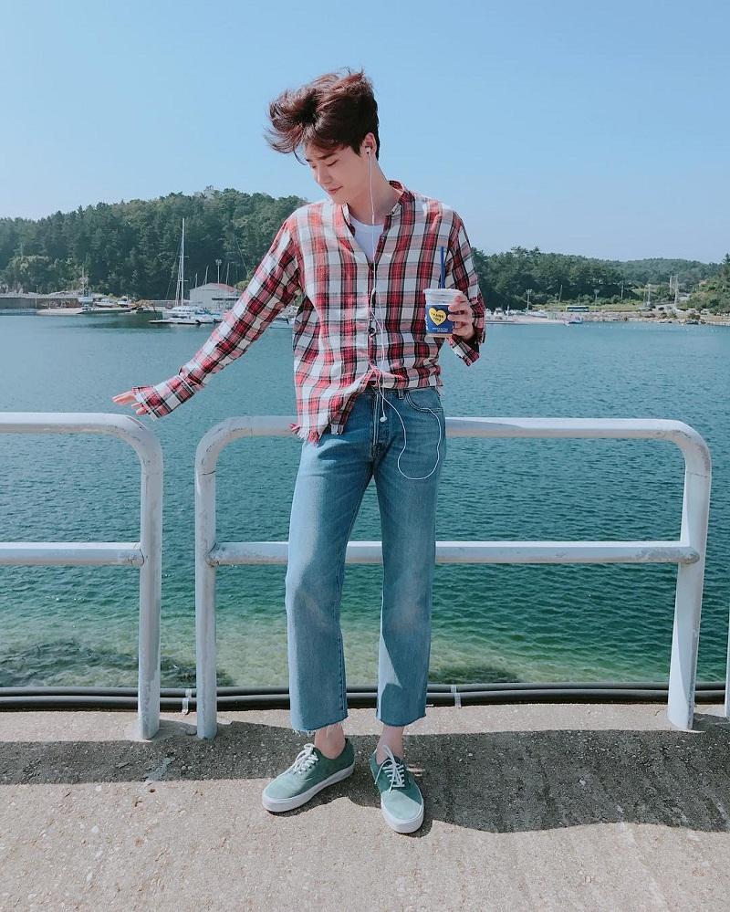 Áo sơ mi caro và quần jeans sáng