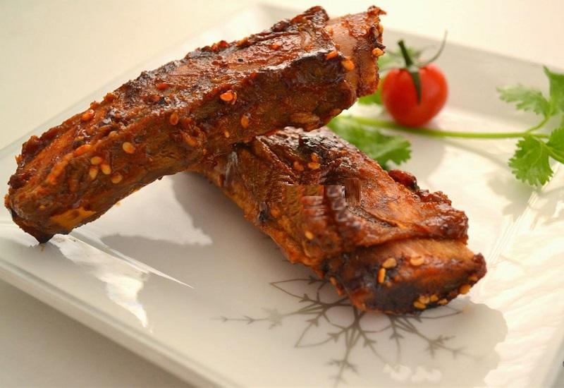 Sườn bò nướng sa tế được bày trên đĩa