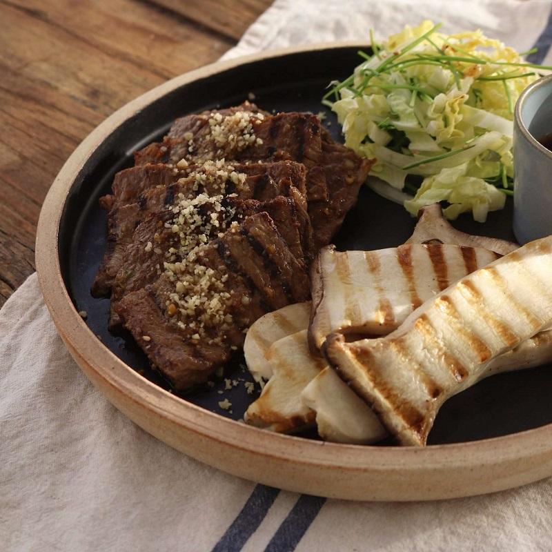 thịt bò nướng cùng với nấm và các loại gia vị rắc bên trên