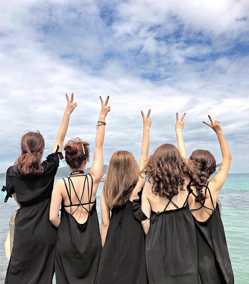 Nhóm bạn diện váy đen tạo dáng trên bờ biển