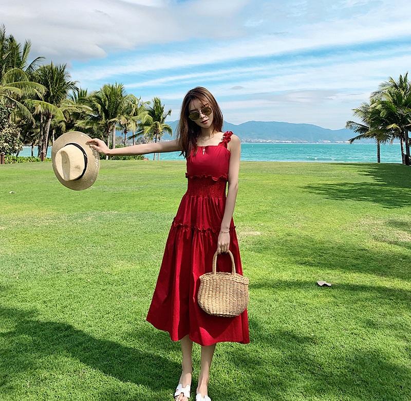 Váy xòe đi biển chun eo màu đỏ giúp tôn vóc dáng