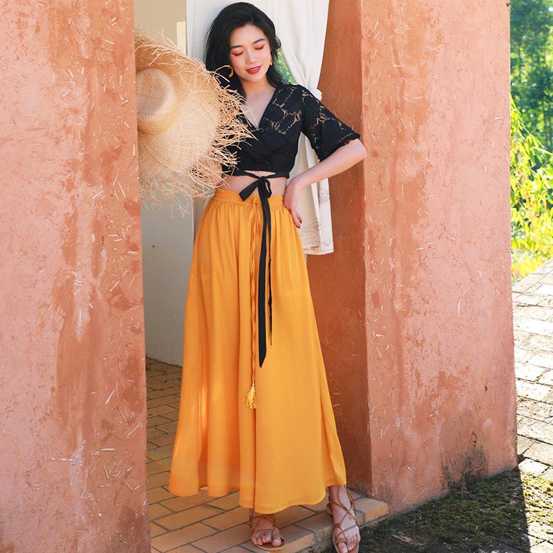 Áo croptop và chân váy đi biển maxi