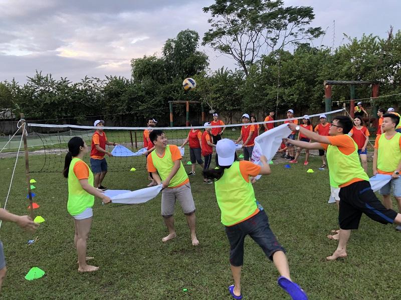 Cả đội chơi bóng chuyền trên biển với những chiếc vải bạt