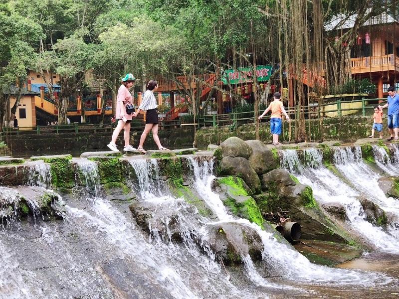Khu du lịch Ao Vua thu hút nhiều du khách đến tham quan và vui chơi