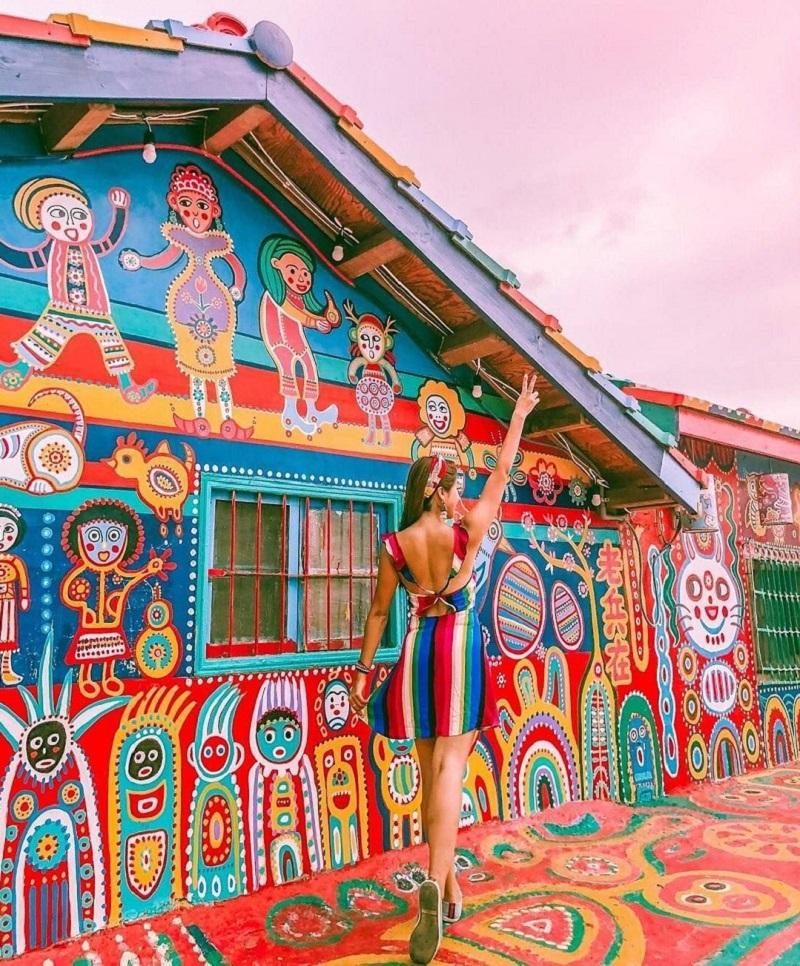 Làng Cầu Vồng (Rainbow Village) với những bức tường ngập tràn màu sắc