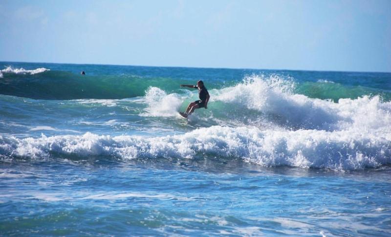 Lướt sóng trên bãi biển nước nóng