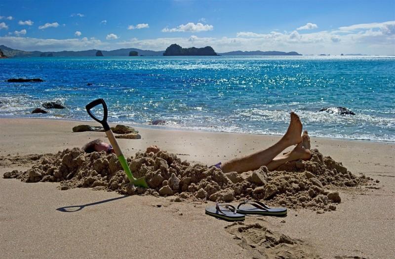 Đào cát để nghỉ dưỡng trên bãi biển