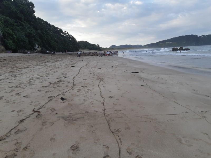 Những vạch dài trên cát chỉ ra dòng nước ngầm