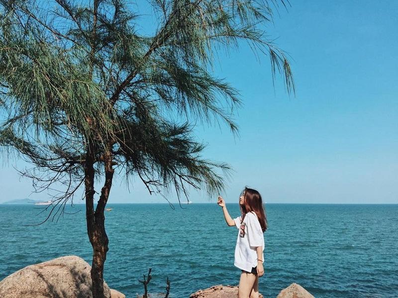 Chụp ảnh trên mỏm đá cạnh biển Bãi Đông Thanh Hóa