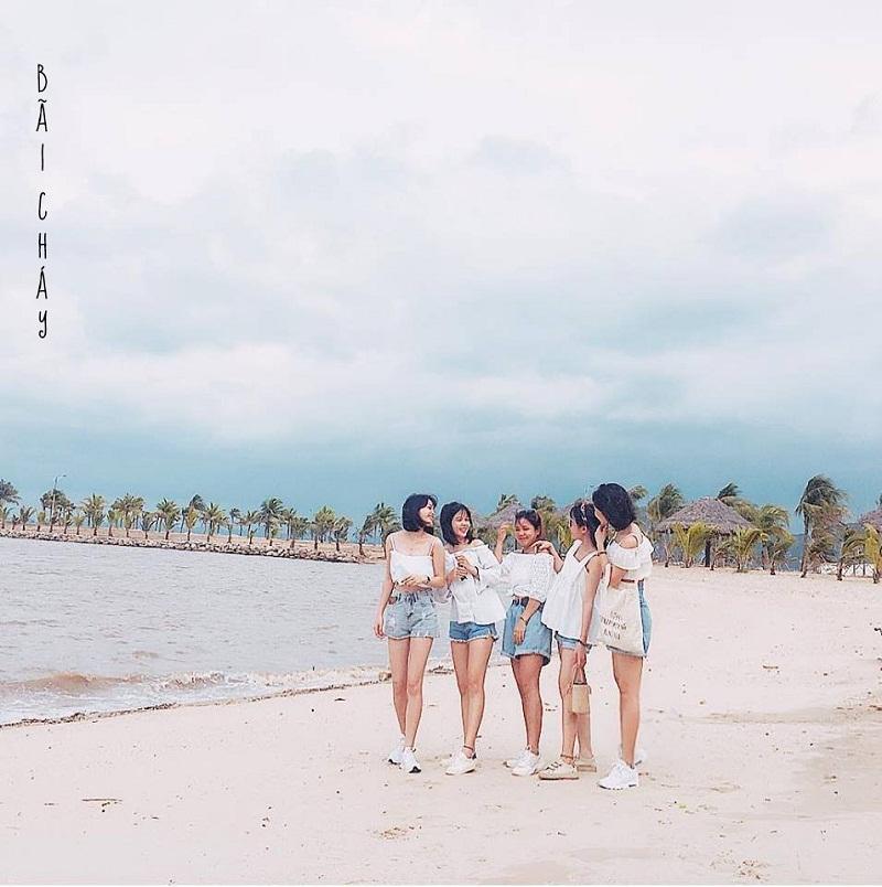 Nhóm bạn mặc đồ tông xoẹt tông chụp hình ở Bãi Cháy Quảng Ninh