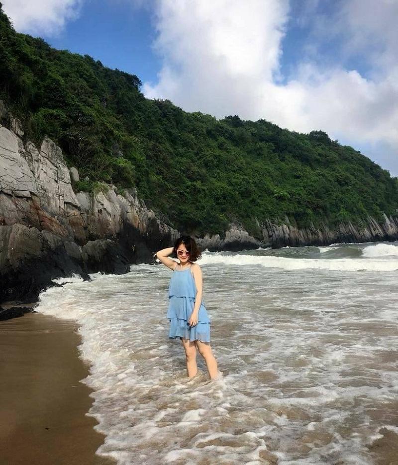 Pose dáng thât xinh ở bãi biển Cát Bà