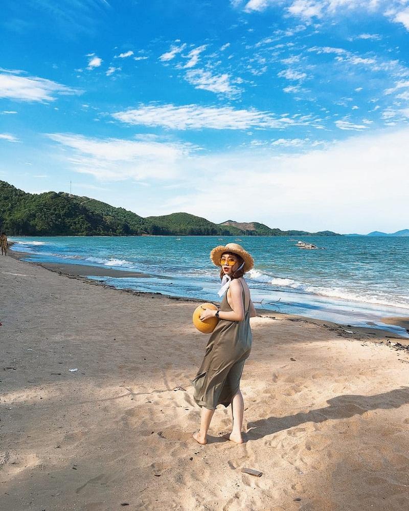 Chụp hình trên bãi cát ở biển Đồ Sơn Hải Phòng