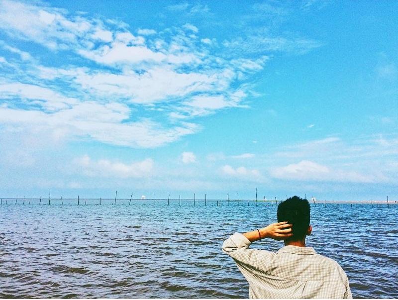 Chụp ảnh phía sau nhìn ra khung cảnh biển Đồng Châu Thái Bình