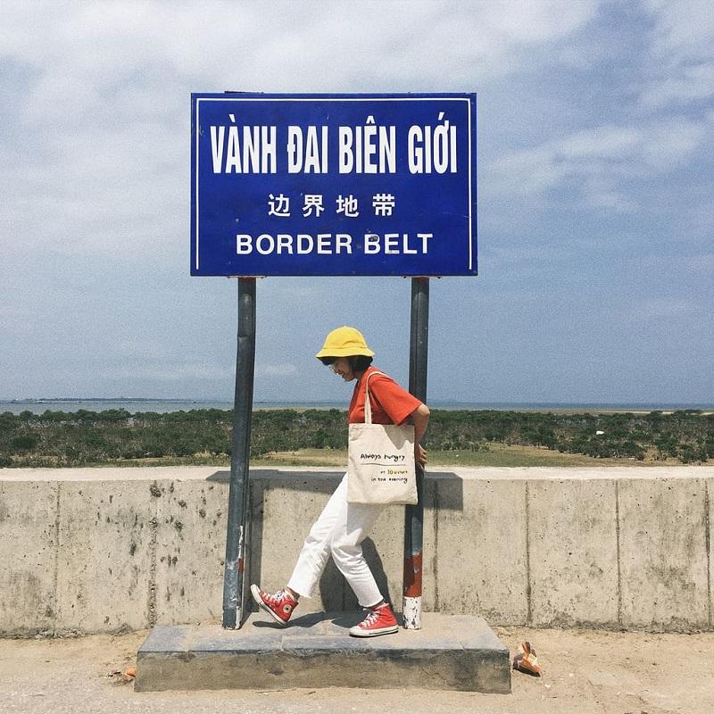 Chụp ảnh tại vàng đai biên giới Trung Quốc ở Trà Cổ