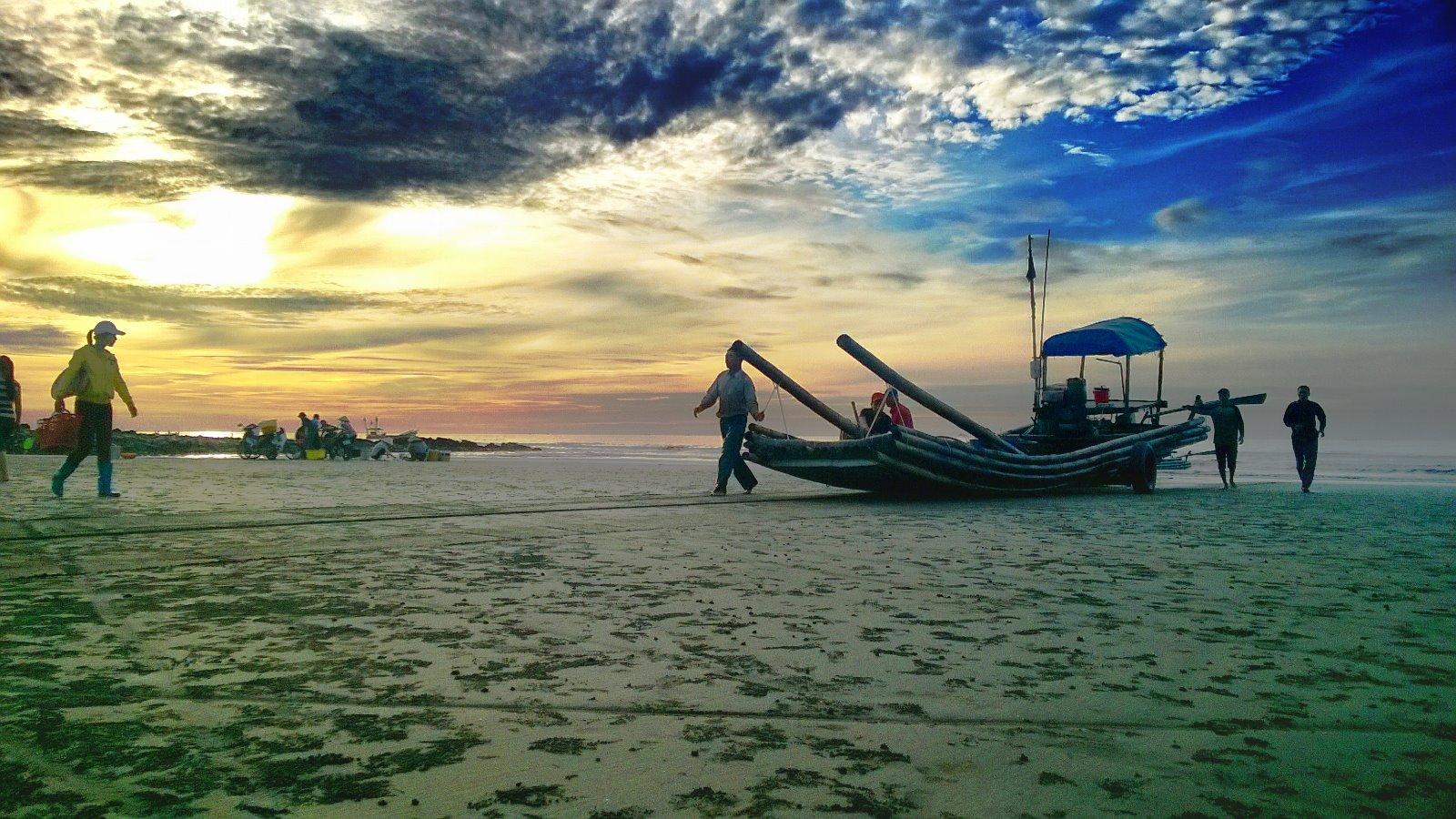 Khung cảnh biển Hải Hậu Nam Định với chiếc thuyền chài