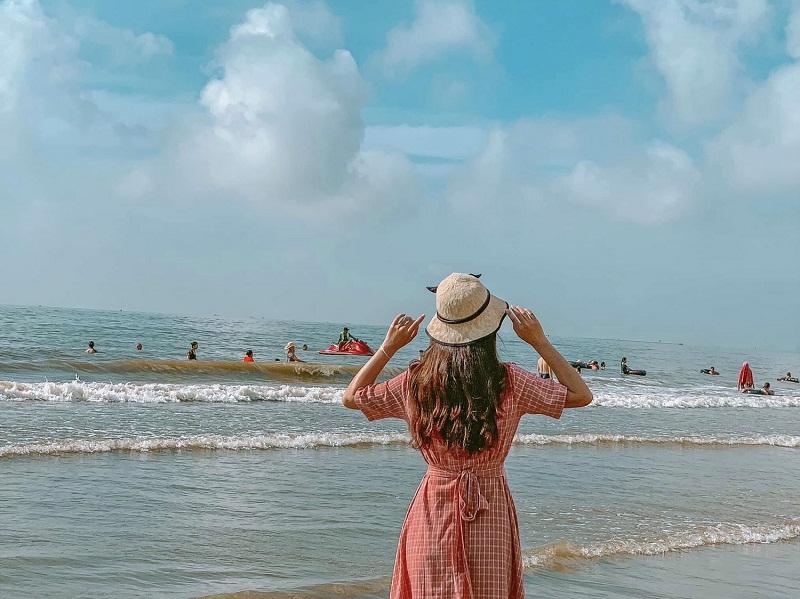 Chụp ảnh phía sau lưng được nhiều người yêu thích khi đến biển
