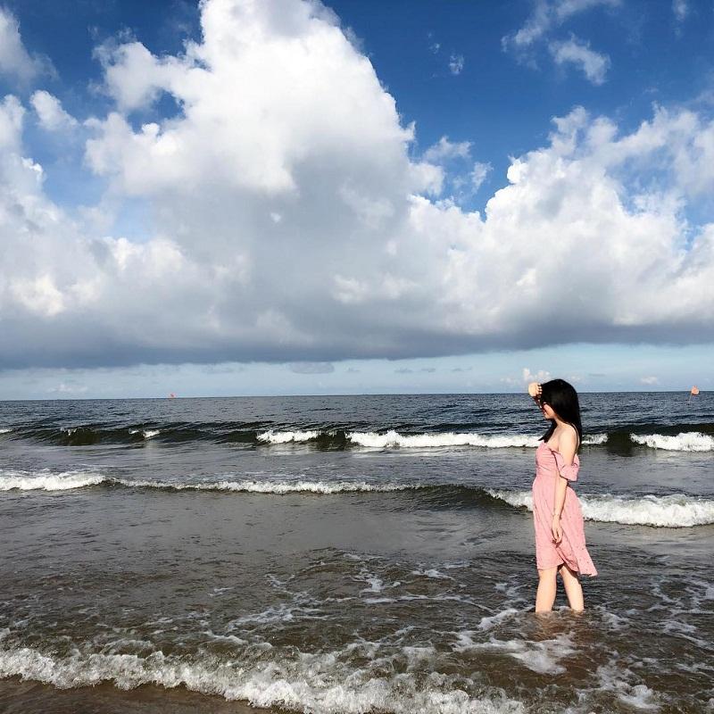 Một cô gái dạo trên bờ biển Hải Tiến