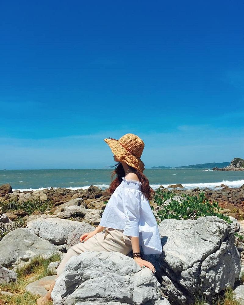 Tạo dáng với những phiến đá cạnh biển Quan Lạn Quảng Ninh
