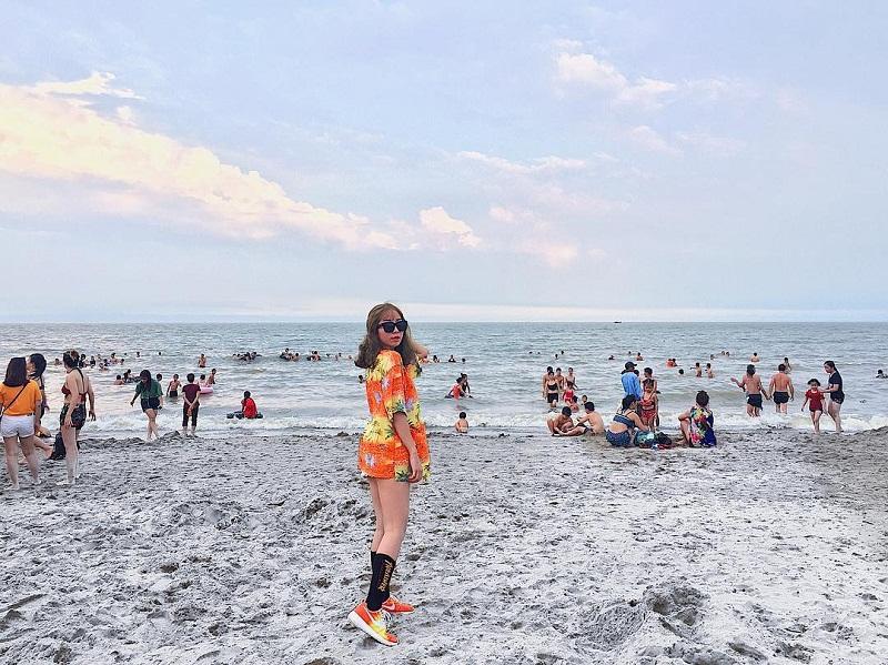 Chụp hình giữa khung cảnh nhộn nhịp người ở Sầm Sơn Thanh Hóa