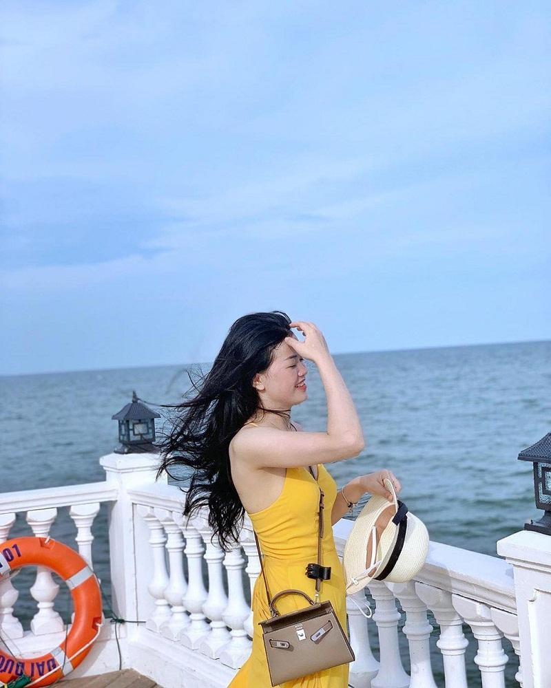 Chỉ cần vuốt tóc, cười nhẹ là bạn đã có một bức hình đẹp ở biển