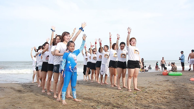 Team áo trắng sẵn sàng tinh thần chơi các trò chơi trên biển
