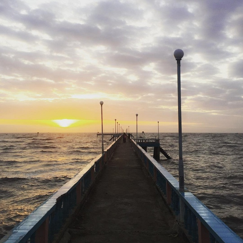 Cây cầu giữa hai làn nước biển