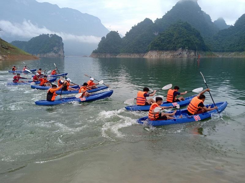 Các đội gắng sức đua thuyền kayak