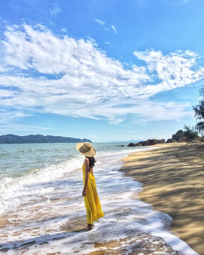 Chiếc váy vàng thướt tha quả thực rất hợp với khung cảnh biển xanh cát trắng