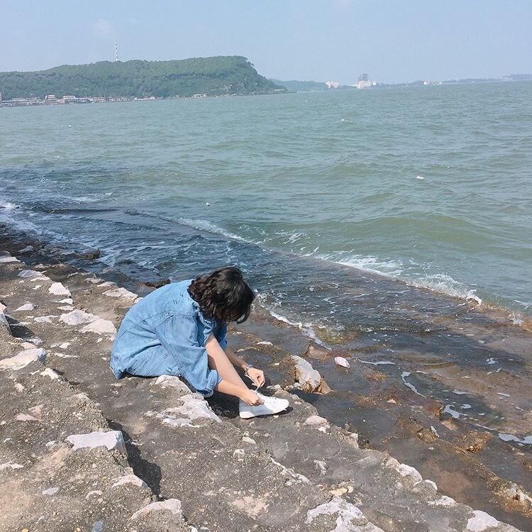 Tạo một dáng ảnh tự nhiên trên bậc thang dẫn xuống biển