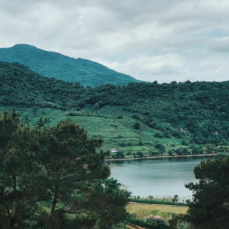 Quang cảnh nhìn từ đền Thượng Ba Vì với view hồ núi