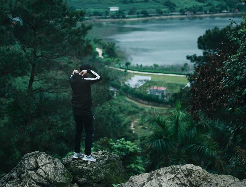 Chụp hình trên đỉnh núi ở đền Thượng nhìn ra mặt hồ