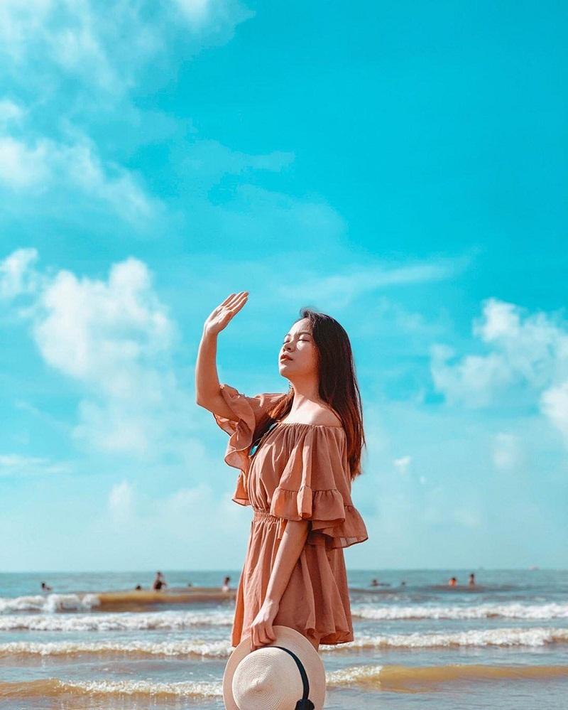 Chụp hình kiểu lấy tay che mặt trời ở bãi biển
