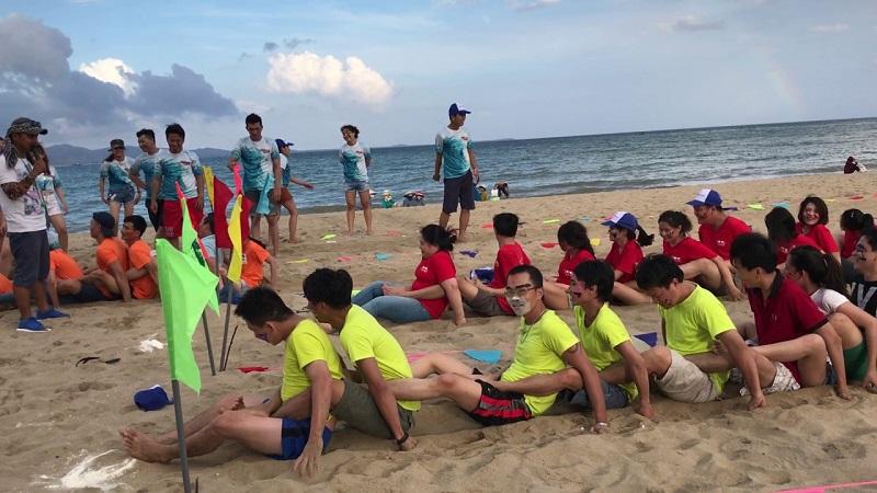 Các nhóm áo màu khác nhau đang thi Đua thuyền trên cạn