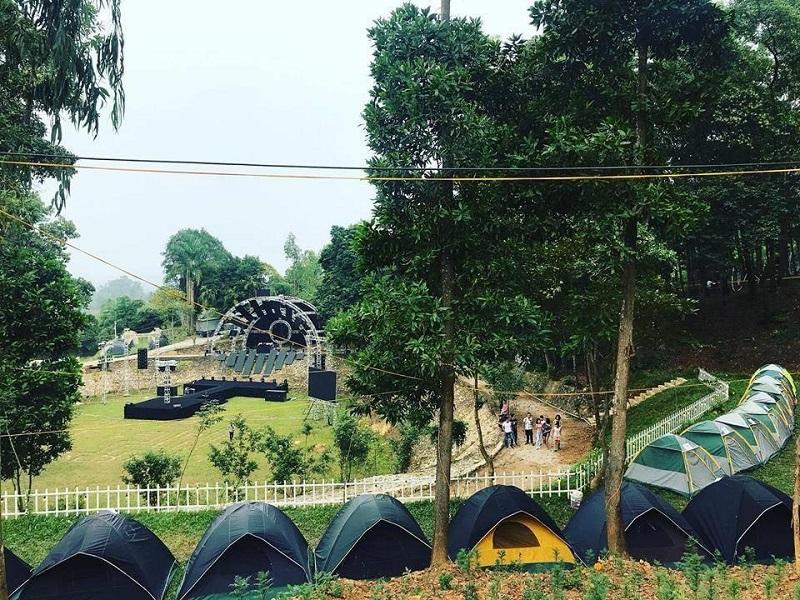 Rất nhiều lều trại được dựng ở ngoài trời