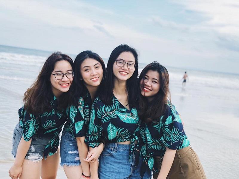Nhóm bạn cùng diên áo đôi để chụp ảnh trên biển