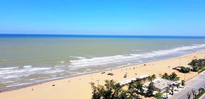 Khung cảnh bãi biển Sầm Sơn trải dài từ trên cao