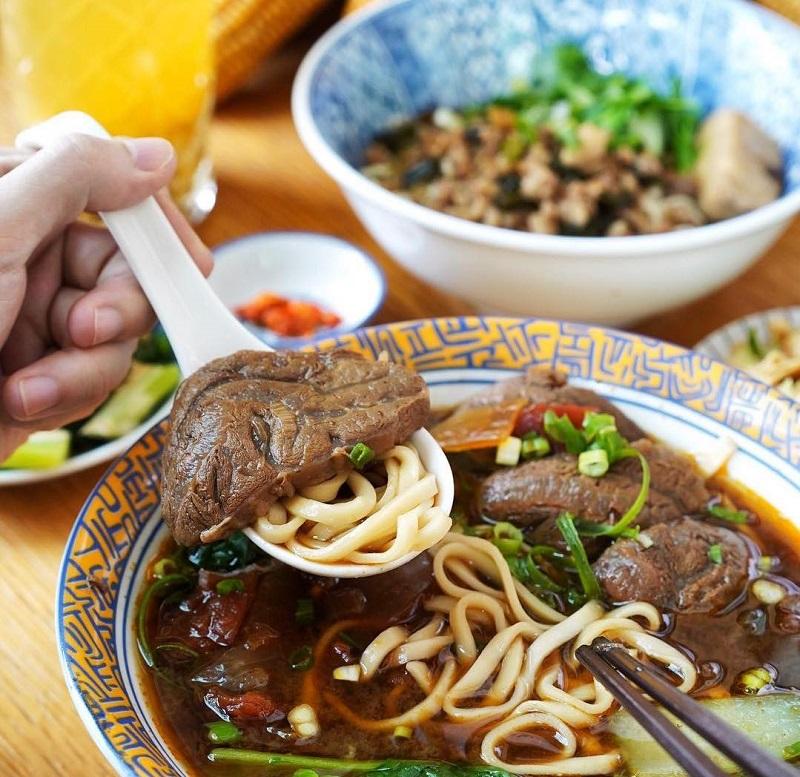 Món mì bò có thịt thái miếng vừa ăn kèm với nước dùng đậm đà