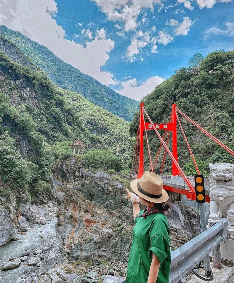 Khu du lịch núi Alishan Đài Loan với câu cầu đỏ nổi tiếng