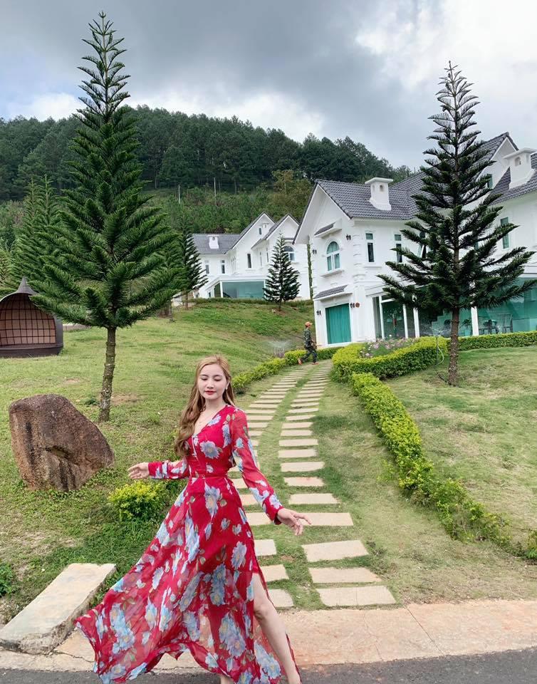 Mẫu váy maxi đi biển họa tiết hoa màu đỏ