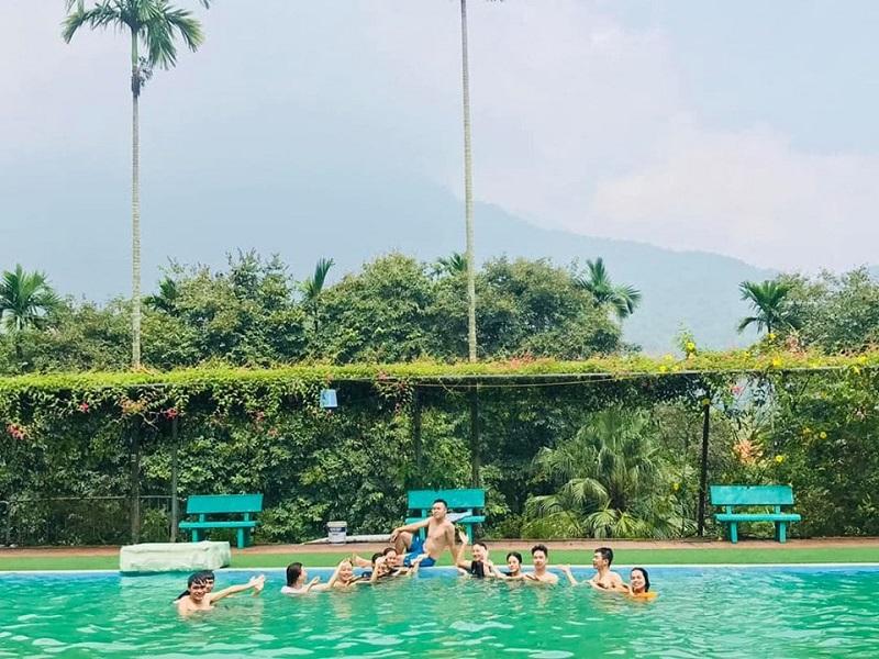 Bể bơi ở khu cắm trại Sơn tinh Camp