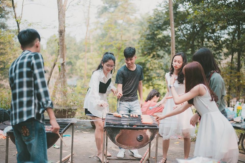 Nướng đồ ăn tại địa điểm cắm trại