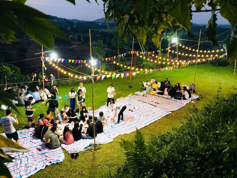 Tổ chức ăn uống ở ngoài trời vào buổi tối