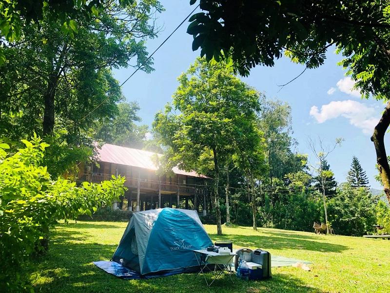 Không gian cắm trại với nhiều cây xanh tại Sơn Tinh Camp