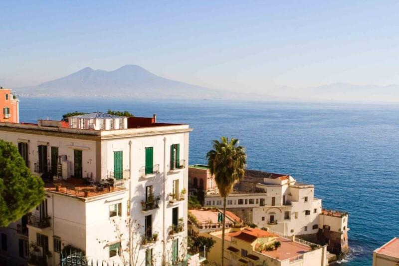 Thành phố Naples bên bờ biển của nước Ý