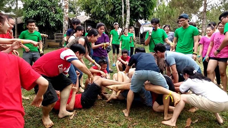 Đội còn lại đang cố tách các thành viên của đội gắn keo