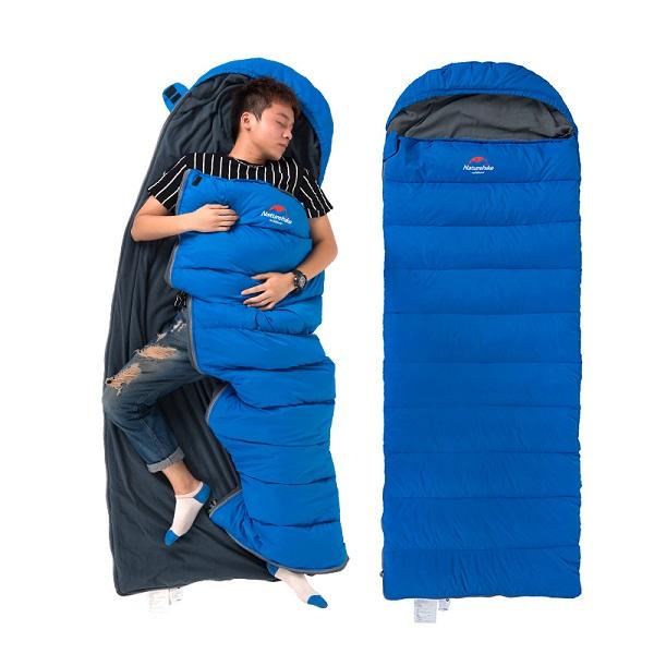 người đàn ông nằm trong túi ngủ naturehike D280 màu xanh blue