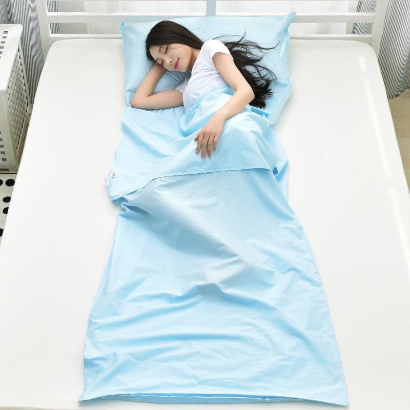 cô gái mặc áo phông cộc tay trắng nằm trong túi ngủ mùa hè naturehike màu xanh da trời nhạt