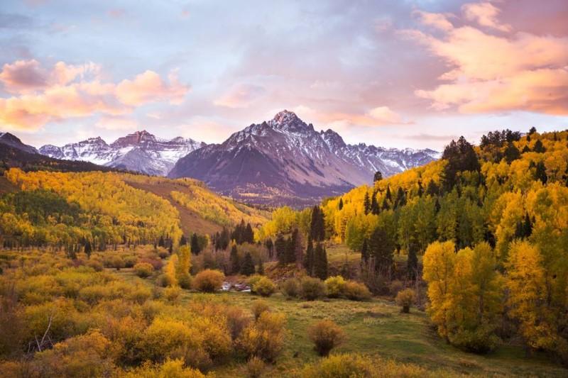 Hẻm vực và dãy núi Rocky phủ đầy tuyết tại bang Colorado