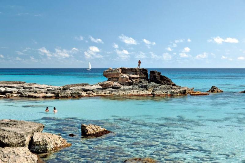 Bãi biển trải dài trong vắt tại Formentera